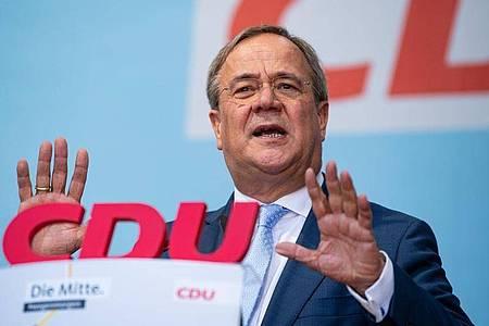 Armin Laschet (CDU) spricht im Rahmen seiner Wahlkampftour auf dem Marktplatz in Warendorf. Foto: Guido Kirchner/dpa