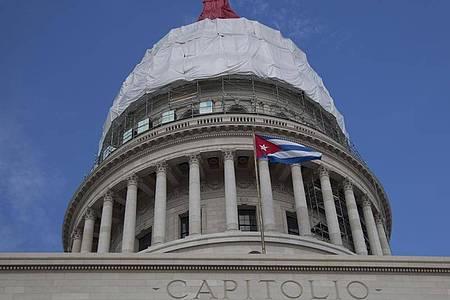 Die Kuppel des kubanischen Kapitols in Havanna. Kurz vor dem Ende von Präsident Trumps Amtszeit hat seine Regierung Kuba wieder auf die US-Terrorliste gesetzt. Foto: Ismael Francisco/AP/dpa