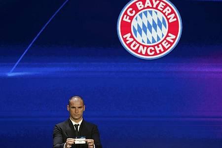 Branislav Ivanovic, serbischer Fußballprofi, zeigt ein Los mit der Aufschrift «FC Bayern». Foto: Emrah Gurel/AP/dpa