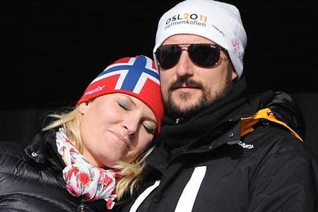 Kronprinz Haakon und Kronprinzessin Mette-Marit bei den Nordischen Skiweltmeisterschaften 2011 in Oslo. Foto: Patrick Seeger/dpa
