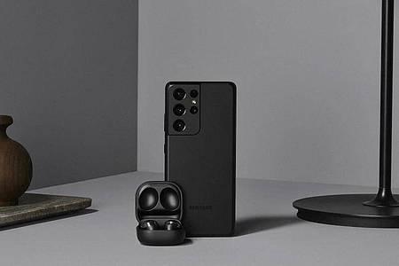 Zum Start der Galaxy S21 gibt es auch neue Ohrstöpsel namens Galaxy Buds Pro für 229 Euro. Foto: Samsung/dpa-tmn