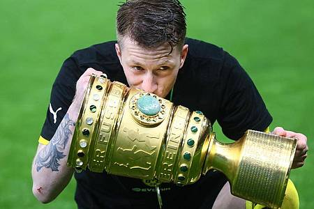Kuss für den Pott: Marco Reus feiert den Pokalsieg. Foto: Martin Rose/Getty-Pool/dpa