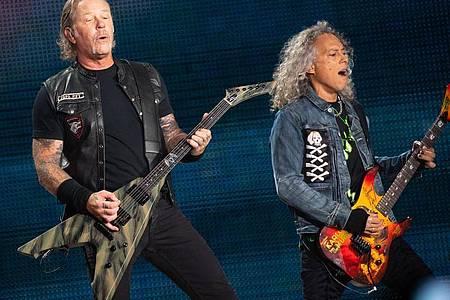 James Hetfield (l), Frontsänger der US-Metal-Band Metallica, und Kirk Hammett, Gitarrist, in München (2019). Foto: Sven Hoppe/dpa