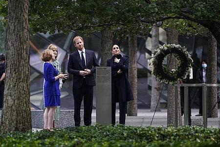 Prinz Harry (2.v.r) und Meghan Markle (r), besuchen das National September 11 Memorial & Museum. Foto: Seth Wenig/AP/dpa