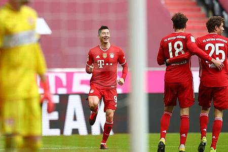 Robert Lewandowski (M)war der gefeierte Mann beim Bayern-Sieg gegen Stuttgart. Foto: Matthias Schrader/AP POOL/dpa