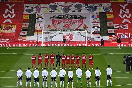Vor der Partie Liverpool gegen Aston Villa gedenken die Spieler dem verstorbenen britischen Prinzen Philip. Foto: Laurence Griffiths/PA Wire/dpa