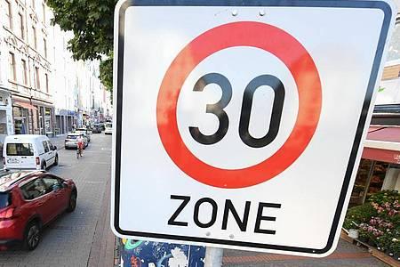 Ein Verkehrsschild im Frankfurter Stadtteil Bornheim weist auf eine Tempo 30-Zone hin. Foto: Arne Dedert/dpa