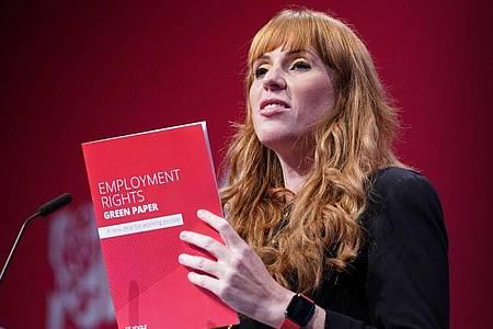Angela Rayner, stellvertretende Vorsitzende der Labour Partei, spricht auf dem Labour-Parteitag in Brighton. Foto: Stefan Rousseau/PA Wire/dpa