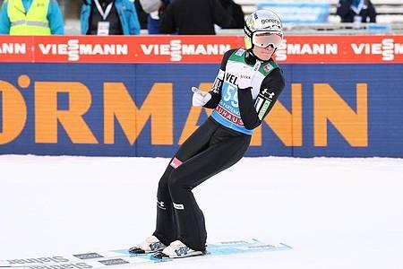 Der Slowene Anze Lanisek war nach seinem Sprung zufrieden. Foto: Daniel Karmann/dpa