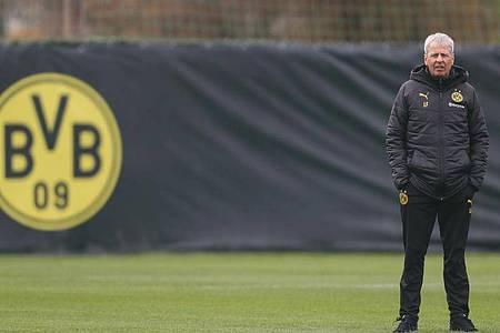 BVB-Coach Lucien Favre trainiert bereits wieder mit seinen Spielern. Foto: Friso Gentsch/dpa