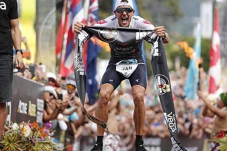 Jan Frodeno aus Deutschland jubelt 2019 nach dem Triathlon-Sieg auf Hawaii. Foto: Marco Garcia/AP/dpa