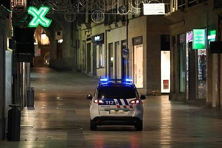 Einheiten der Nationalpolizei kontrollieren in der Innenstadt von Salamanca die Ausgangssperre. Foto: Manuel Ángel Laya/EUROPA PRESS/dpa