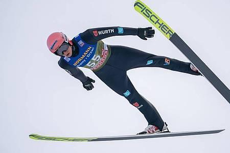 Karl Geiger will im Kampf um die Gesamtwertung dabei bleiben. Foto: Georg Hochmuth/APA/dpa