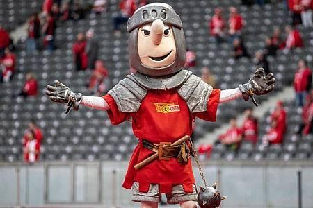 Unions Maskottchen Ritter Keule drehte statt Herthas Herthinho seine Runden auf der Tartanbahn. Foto: Andreas Gora/dpa