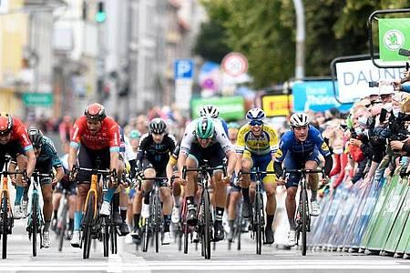 Pascal Ackermann (3.v.r.) vom Team Bora-hansgrohe gewinnt im Sprint die erste Etappe. Foto: Bernd Thissen/dpa