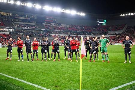 Nach dem Spiel in Prag werden die Spieler von Union Berlin trotz der Niederlage von den Fans im Gästeblock wie Sieger gefeiert. Foto: Robert Michael/dpa-Zentralbild/dpa