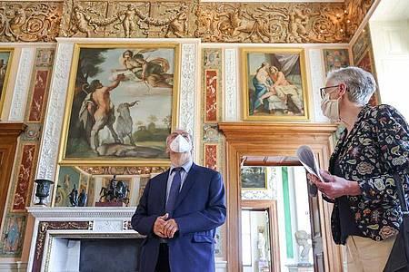 Ministerpräsident Reiner Haseloff und Kulturstiftungs-Direktorin Brigitte Mang besichtigen Schloss Wörlitz. Foto: Jan Woitas/dpa-Zentralbild/dpa