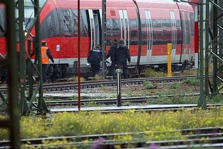 Mitarbeiter der Polizei stehen bei einem Zug auf dem Gelände des DB Betriebsbahnhofs Deutzer Feld. Foto: Steil-TV/dpa