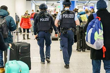 Polizisten patrouillieren durch das Terminal 1 im Flughafen Frankfurt. Foto: Andreas Arnold/dpa