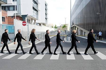 Abbey Road in Leipzig:Mathias Dietrich (l-r), Jens Sembdner, Alexander Zieme Henri Schmidt, Wolfgang Lenk, Tobias Künzel und Sebastian Krumbiegel sind Die Prinzen. Foto: Sebastian Willnow/dpa-Zentralbild/dpa