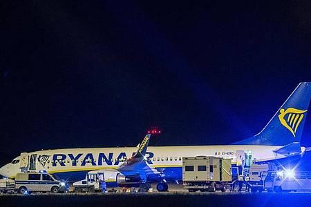 Warum die Ryanair-Maschine um kurz nach 20 Uhr in Berlin landen musste, blieb zunächst unklar. Foto: Christophe Gateau/dpa