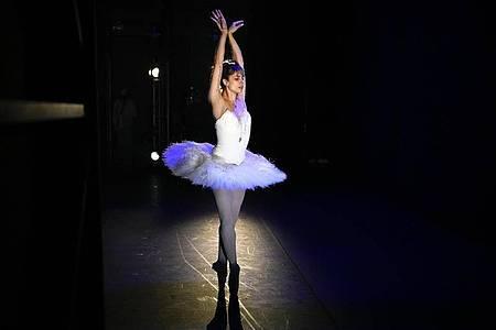 Die brasilianisch-deutsche Primaballerina Bruna Andrade tanzt das Ballett «The Dying Swans». Foto: Alexander Zemlianichenko/AP/dpa