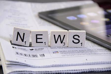 """Scrabble-Buchstaben auf Zeitung mit Aufschrift """"News"""""""