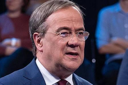 Armin Laschet (CDU, l), Kanzlerkandidat der Union, CDU-Bundesvorsitzender und Ministerpräsident von Nordrhein-Westfalen, spricht in der ZDF-Sendung «Klartext». (Archivbild). Foto: Claudius Pflug/ZDF/dpa