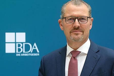 Rainer Dulger, Gesamtmetall-Präsident, steht nach seiner Wahl zum neuen Präsidenten der Bundesvereinigung der Deutschen Arbeitgeberverbände (BDA) im Atrium seines neuen Dienstsitzes. Foto: Wolfgang Kumm/dpa