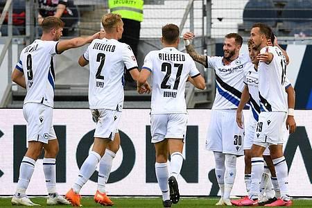 Die Spieler von Arminia Bielefeld feiern das 1:0 gegen Eintracht Frankfurt. Foto: Arne Dedert/dpa