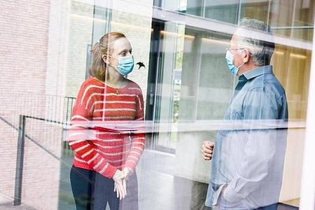 Das Max-Planck-Institut für Immunbiologie und Epigenetik: Hier macht Kathrin Ganter (l) unter Anleitung ihres Ausbilders Herbert Holz eine Ausbildung zur Biologielaborantin. Foto: Philipp Von Ditfurth/dpa-tmn