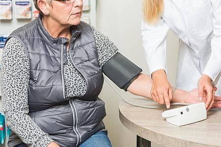 Blutdruck messen: PTA beraten die Apothekenkunden auch bei der Anwendung von medizinischen Hilfsmitteln. Foto: Benjamin Nolte/dpa-tmn