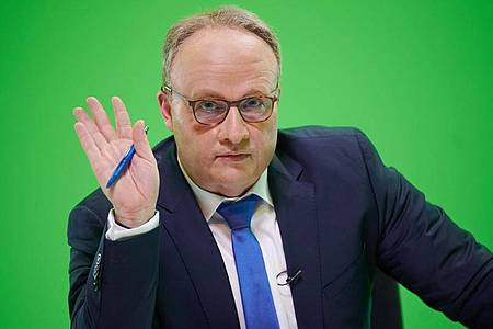 Martin Klempnow parodiert Oliver Welke («heute show») bei den Dreharbeiten zur Comedy-Show «Binge Reloaded». Foto: Henning Kaiser/dpa