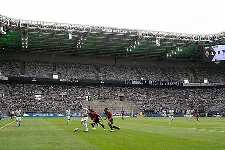 Fast schon ein gewohntes Bild 2020: Fußballspiele vor leeren Rängen. Foto: Marius Becker/dpa
