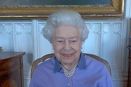 Queen Elizabeth II. beim Videotelefonat mit der Royal Life Saving Society auf Schloss Windsor. Foto: -/Buckingham Palace/AP/dpa