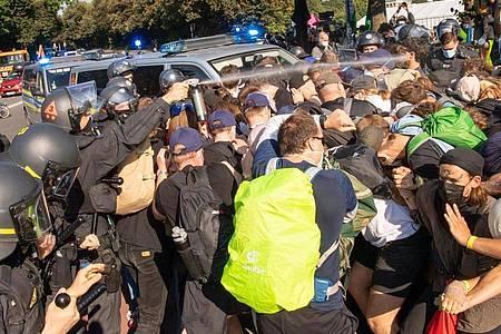 Pfefferspray-Einsatz gegen Demonstranten. Foto: Peter Kneffel/dpa