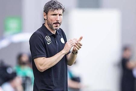 Trainer Mark van Bommel führte den VfL Wolfsburg an die Spitze. Foto: Tom Weller/dpa