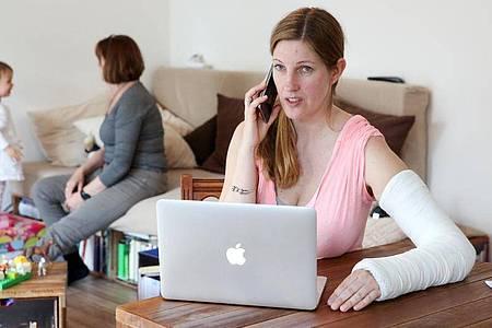 Selbstständige haben keinen gesetzlichen Anspruch auf Krankengeld ab dem 43. Tag der Arbeitsunfähigkeit. Eine Versicherung kann daher lohnen. Foto: Bodo Marks/dpa-tmn