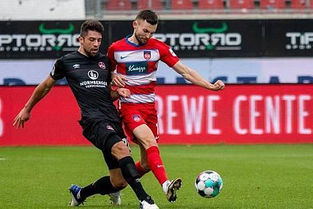 Die Heidenheimer um Torschütze Denis Thomalla (r) setzten sich gegen den 1. FC Nürnberg durch. Foto: Stefan Puchner/dpa