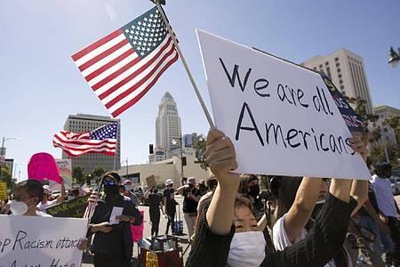 Menschen nehmen an einer Kundgebung gegen Hassverbrechen gegen asiatische Amerikaner teil. Foto: Damian Dovarganes/AP/dpa/Archiv