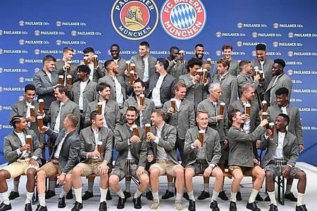 Die Bayern-Spieler beim traditionellen «Lederhosen-Shooting». Foto: Lennart Preiss/dpa