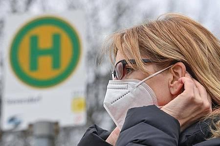 Eine Mund-Nasen-Maske schützt nicht nur vor einer Ansteckung mit Corona. Auch Grippe- oder Noroviren können damit abgehalten werden. Viele Bürger wollen die Maske daher nach der Pandemie weiternutzen. Foto: Patrick Pleul/dpa-Zentralbild/ZB