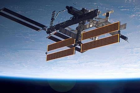 Die Internationale Raumstation ISS mit der Erde im Hintergrund. Foto: NASA/dpa