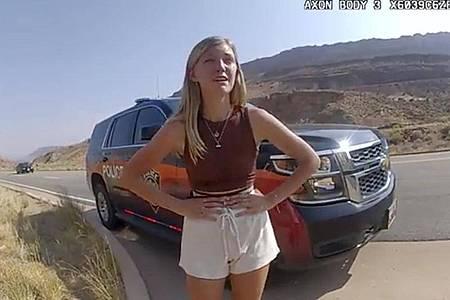 Gabrielle «Gabby» Petito spricht kurz vor ihrem Verschwinden mit einem Polizisten. Ermittler haben bei der Suche nach der Vermissten laut US-Medien eine Leiche gefunden - Identität unklar. Foto: Uncredited/The Moab Police Department/AP/dpa