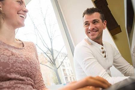 Ein kleines Lob oder ein freundliches Lächeln: In Krisen-Zeiten sollte man sich auch am Arbeitsplatz auf wertschätzendes Verhalten konzentrieren. Foto: Klaus-Dietmar Gabbert/dpa-tmn