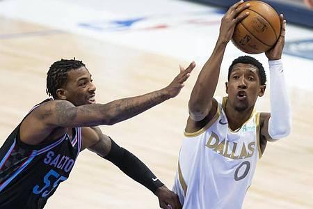 Josh Richardson (r) von den Dallas Mavericks und Delon Wright von den Sacramento Kings in Aktion. Foto: Brandon Wade/AP/dpa
