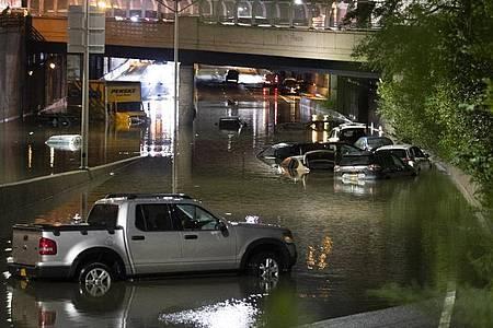 Fahrzeuge in New York stehen im Hochwasser auf einer Straße, die durch die starken Regenfälle, ausgelöst von Hurrikan «Ida», überschwemmt wurden. Foto: Wang Ying/XinHua/dpa