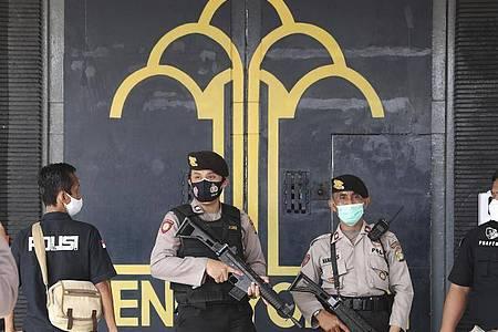 Polizisten bewachen den Haupteingang des Tangerang-Gefängnisses. Foto: Tatan Syuflana/AP/dpa
