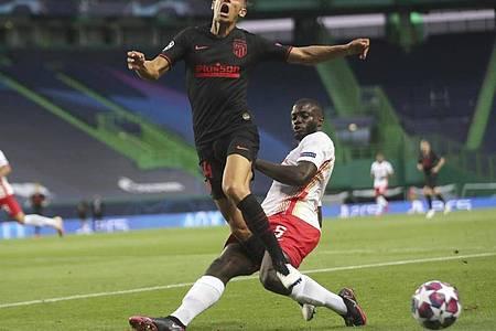 Leipzigs Dayot Upamecano (r) machte gegen Atlético Madrid ein ganz starkes Spiel. Foto: Miguel A. Lopes/POOL EPA/AP/dpa