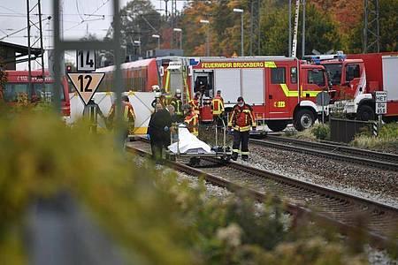 Rettungskräfte sind an der Unfallstelle im Einsatz. Zwei Schüler sind von einem Zug erfasst und tödlich verletzt worden. Foto: Matthias Balk/dpa
